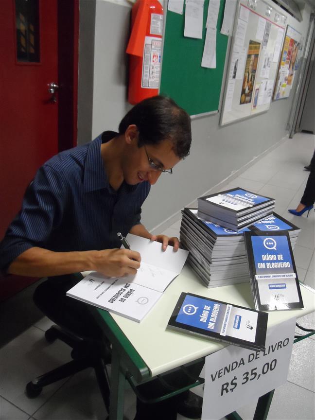 Autografando meu primeiro livro vendido
